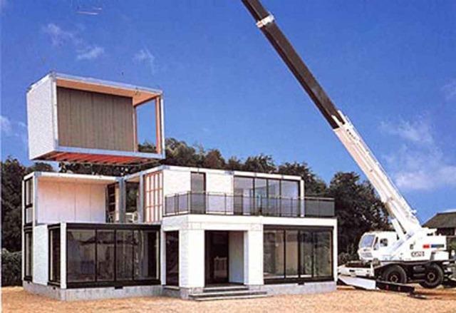 一、钢结构住宅体系的主要构成部分 钢结构住宅体系主要由以下几大部分组成: (一)支撑骨架系统 (二)围护骨架系统 (三)轻质墙体 (四)装饰外墙 (五)楼层板 (六)屋顶 (七)门窗及楼梯 它与传统砖混结构住宅的差异主要体现在(一)、(二)、(三)项,它与木结构住宅的差异主要体现在(一)、(二)项。 二、钢结构住宅的技术流派 钢结构住宅的技术流派因划分方式的不同而有多种区分,如: (一)按用钢截面及骨架系统来分有: 1.